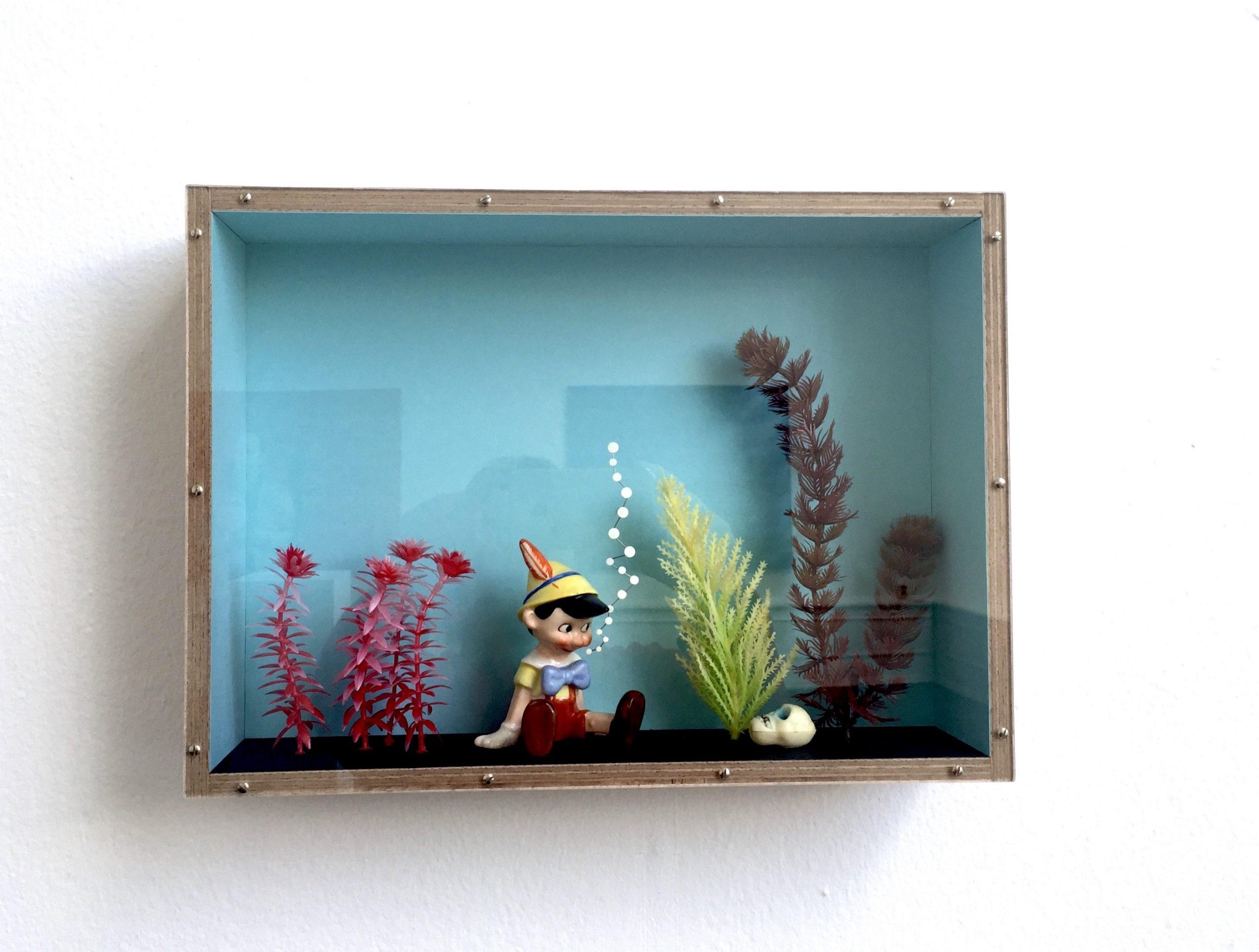 Ande och Materia / Mind and Matter, april 2020. Thomas Olsson, Under ytan, 2019. Porslin, papper, trä, plexiglas 26 x 36 x 8 cm