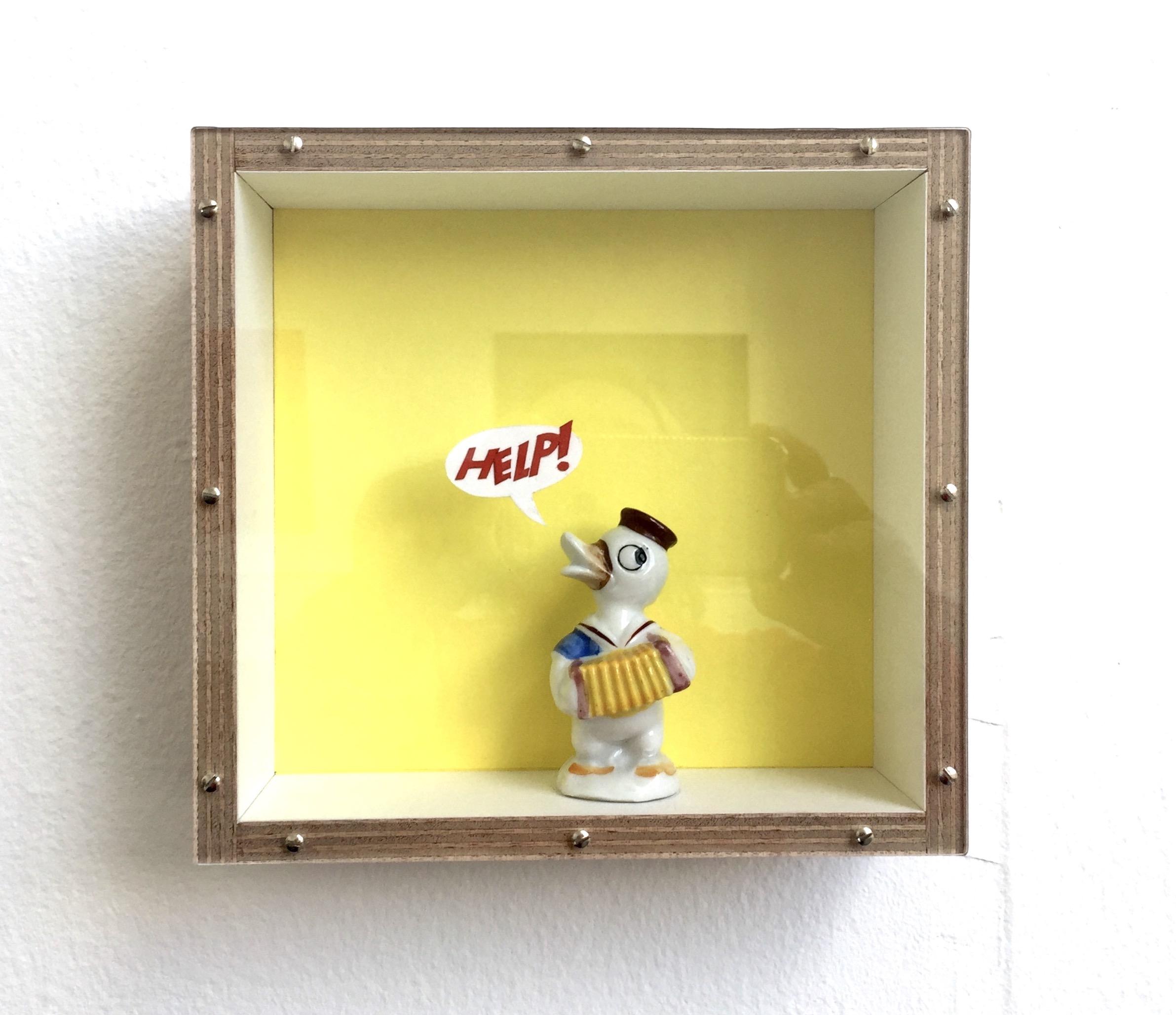 Ande och Materia / Mind and Matter, april 2020. Help!, 2019 Porslin, papper, trä, plexiglas, 18 x 19 x 8 cm